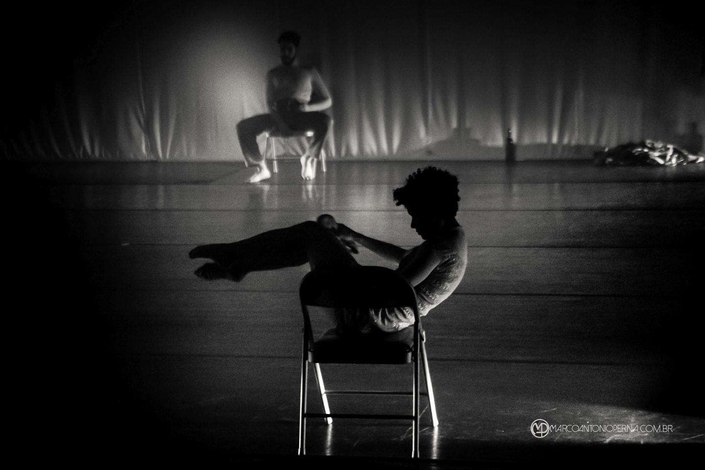 """""""Um Tango para começar"""",dirigido e coreografado por Thiago Caetano, é um trabalho que apresenta a junção de duas modalidades de dança e estilos musicais, Tango e Jazz contemporâneo, cujas origens históricas são populares, mas que,ao longo dos anos, se distinguiram e evoluíram em diferentes vértices. Mesmo assim, se mantiveram próximas quanto as suas essências."""